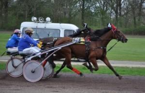 Het duel tussen twee kampioenen Fred Handelaar en Hiltje Tjalsma. Fred wint. (foto Geert Koops)
